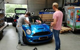 workshop auto polijsten blauwe mini cooper