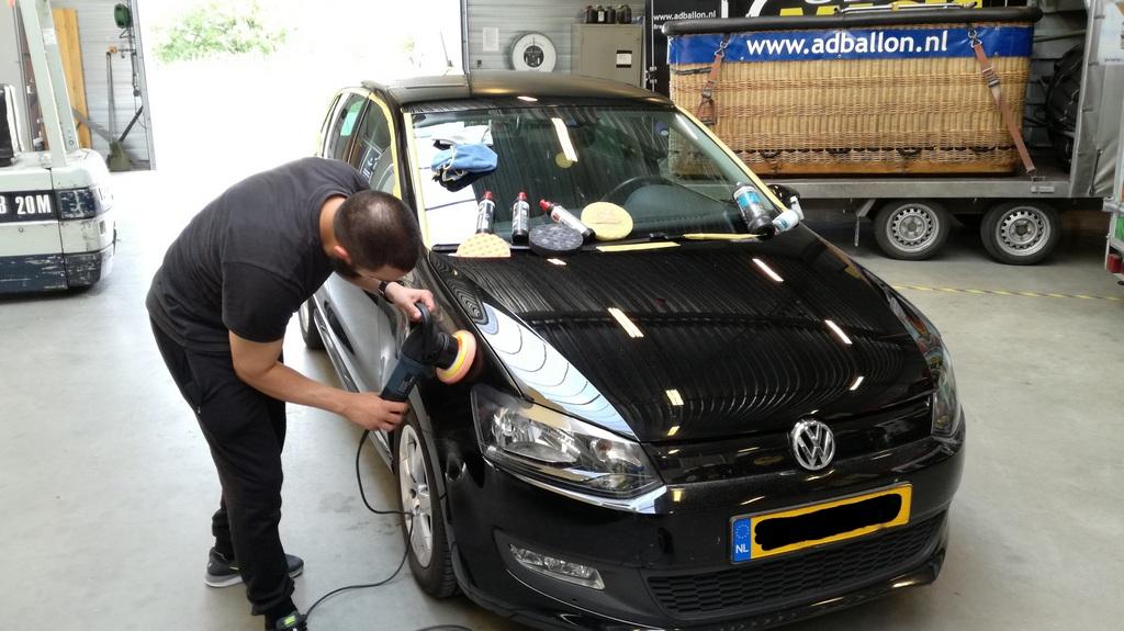 polijsten met excentrische polijstmachine op zwarte VW Polo