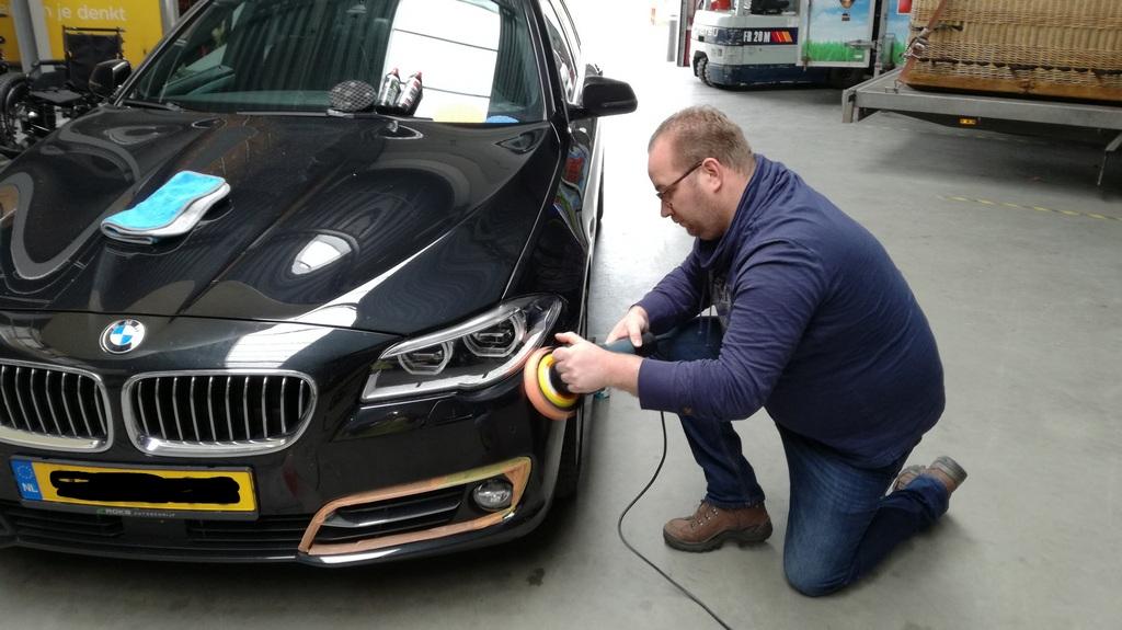 BMW 5 serie tijdens een workshop auto polijsten