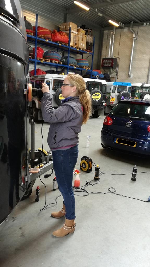 Kunststof paardentrailer in glans herstellen tijdens een workshop auto polijsten